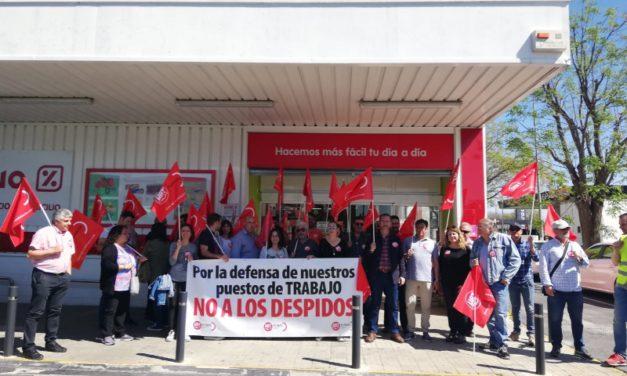 Concentración de trabajadores de Sevilla de DIA contra el ERE