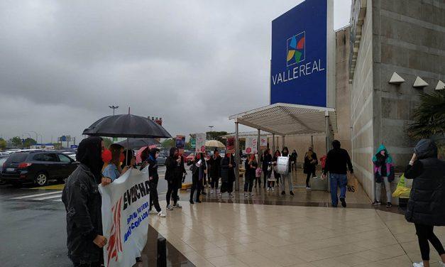 La huelga vuelve a cerrar H&M en Cantabria con el respaldo de toda la plantilla