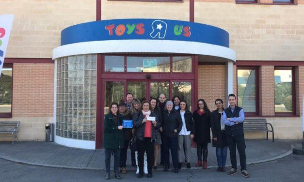 Toys'R'Us entrega un cheque de venta de calendarios solidarios a la Federación Nacional de Asociaciones de Mujeres Separadas y Divorciadas